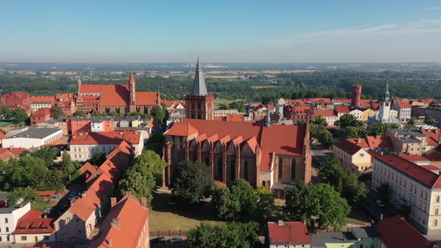 aerial view of gothic churches in poland - польша стоковые видео и кадры b-roll