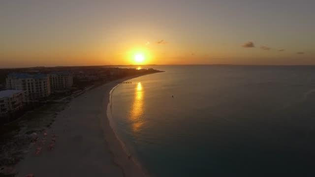 stockvideo's en b-roll-footage met luchtfoto van grace bay, providenciales, turks-en caicoseilanden - grace bay