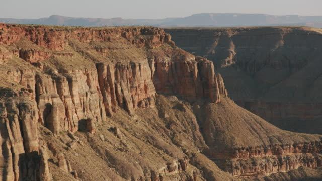 luftaufnahme des grand canyon bei sonnenaufgang. - grand canyon stock-videos und b-roll-filmmaterial