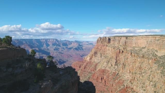 vídeos de stock, filmes e b-roll de vista aérea de 4k de grand canyon south rim, arizona, eua - erodido
