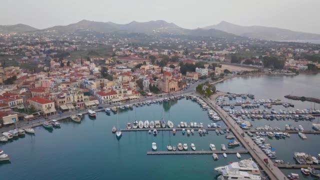 vídeos de stock, filmes e b-roll de vista aérea da cidade grega egina, porto de aegina, grécia - ática ática