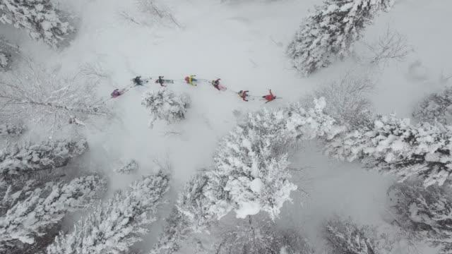 flygfoto över gruppen av skidåkare touring upp berget - 35 39 år bildbanksvideor och videomaterial från bakom kulisserna