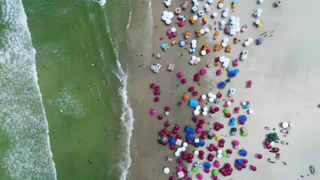 luftaufnahme von guaruja strand in sao paulo, brasilien - sonnenschirm stock-videos und b-roll-filmmaterial