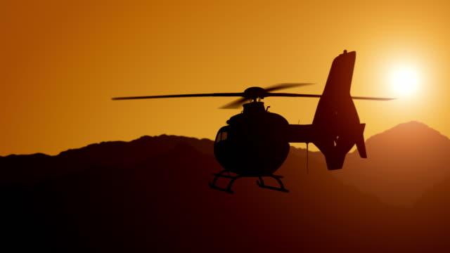 魔法の日没時に山の上を雲の上を飛ぶヘリコプターの空中写真 - ヘリコプター点の映像素材/bロール