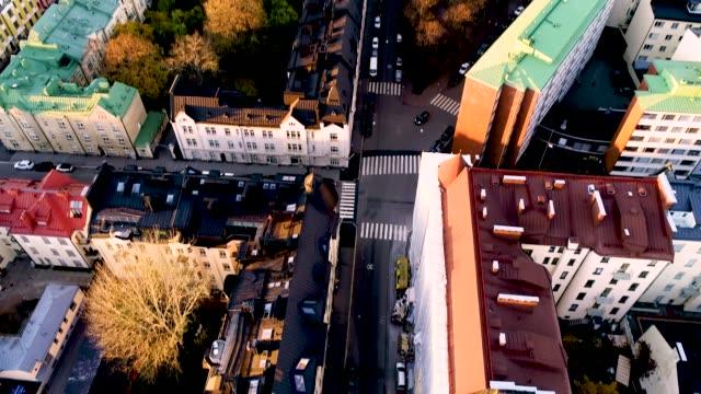 flygfoto över helsingfors stad på autumn.sky och moln och färgglada byggnader. drone panorering över staden. helsingfors, finland. - drone helsinki bildbanksvideor och videomaterial från bakom kulisserna