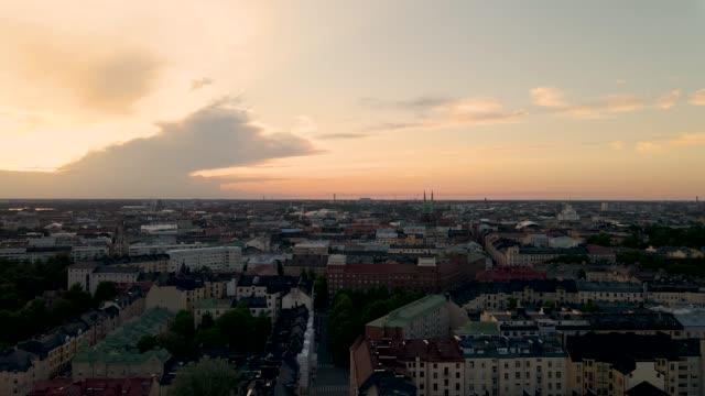 flygfoto över helsingfors stad vid solnedgången. drönare som flyger över helsingfors stad och byggnader. - drone helsinki bildbanksvideor och videomaterial från bakom kulisserna