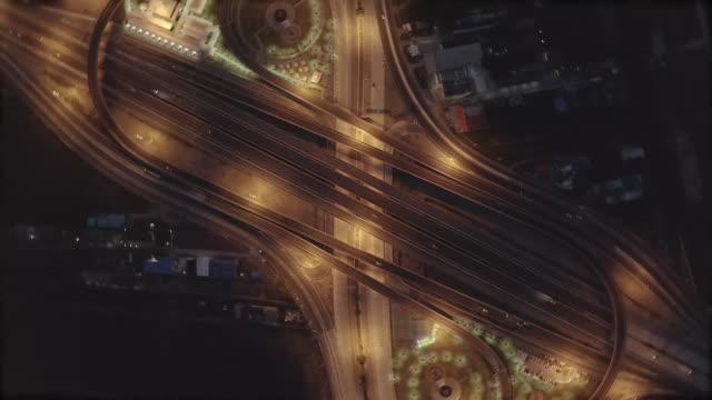 vidéos et rushes de vue aérienne des jonctions d'autoroute vue de dessus de ville urbaine, bangkok la nuit, thaïlande. - route surélevée