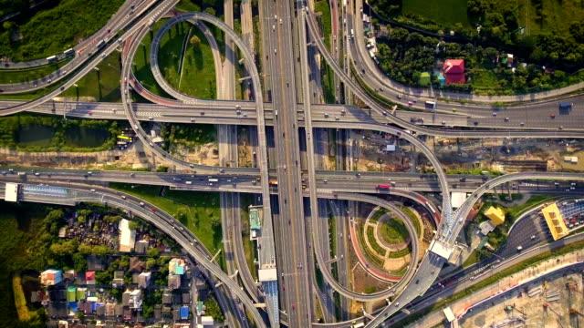 道路上で高速混雑都市と高速道路道路インターチェンジの空撮 - 指輪点の映像素材/bロール