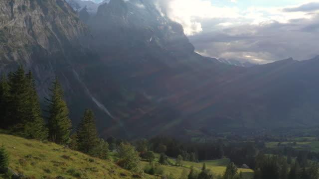 flygfoto över vandringspar som korsar bergsäng - grindelwald bildbanksvideor och videomaterial från bakom kulisserna