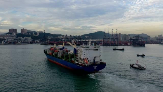 vídeos de stock, filmes e b-roll de vista aérea de terminais do recipiente de hong kong kwai tsing e de ponte dos stonecutters no crepúsculo - global