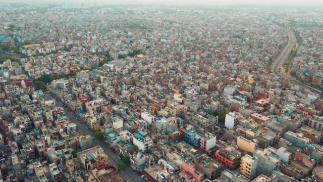 vídeos y material grabado en eventos de stock de vista aérea de casas y edificios en delhi, india. - india