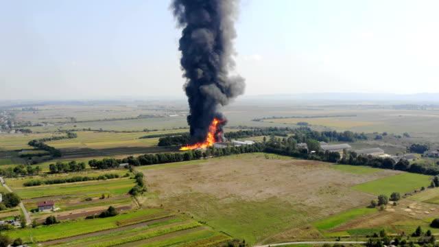 flygfoto av stor eldutsikt från quadcopter. svart rök stiger högt upp i himlen. brand i utkanten av staden - släcka bildbanksvideor och videomaterial från bakom kulisserna