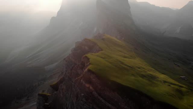 vidéos et rushes de vue aérienne de la scène emblématique de dolomite au lever du soleil - inclinaison vers le haut