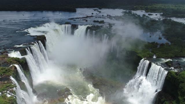 veduta aerea delle cascate di iguaçu, un punto turistico di foz do iguaçu, brasile e di misiones, argentina. grande paesaggio. - argentina america del sud video stock e b–roll