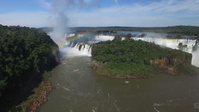 luftaufnahme der iguazu-fälle an der grenze zwischen brasilien und argentinien. - brasilianische kultur stock-videos und b-roll-filmmaterial