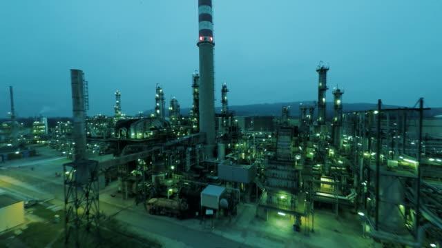 stockvideo's en b-roll-footage met luchtfoto van fabrieksinstallaties met schoorsteen. - raffinaderij