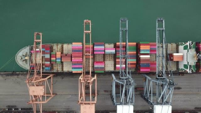 stockvideo's en b-roll-footage met luchtfoto van industriële haven met container haven waar is een deel van de scheepvaart - perzische golfstaten