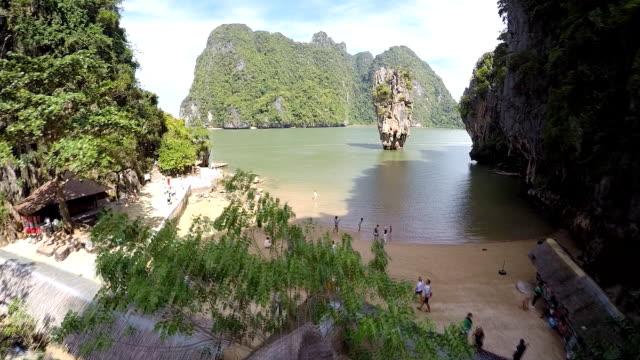 vídeos de stock, filmes e b-roll de vista aérea da ilha james bond na baía de phang nga, tailândia - phuket