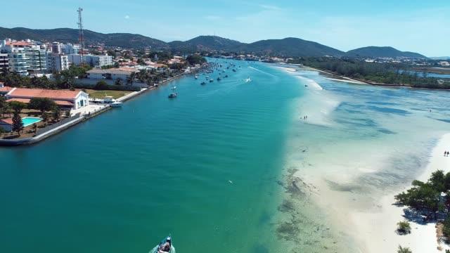 日本の島、カボ・フリオ、リオ・デ・ジャネイロ、ブラジルの空中風景。素晴らしいビーチシーン。幻想的な風景。休暇旅行。旅行先。休暇の概念。 - リゾート点の映像素材/bロール