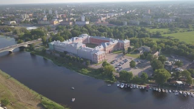 ジェルガバ市ラトビアゼムガレドローントップビュー4k uhdビデオの航空写真 - マルチコプター点の映像素材/bロール
