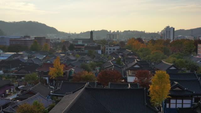 vídeos de stock e filmes b-roll de aerial view of jeonju hanok village in the autumn at south korea. - coreia do sul