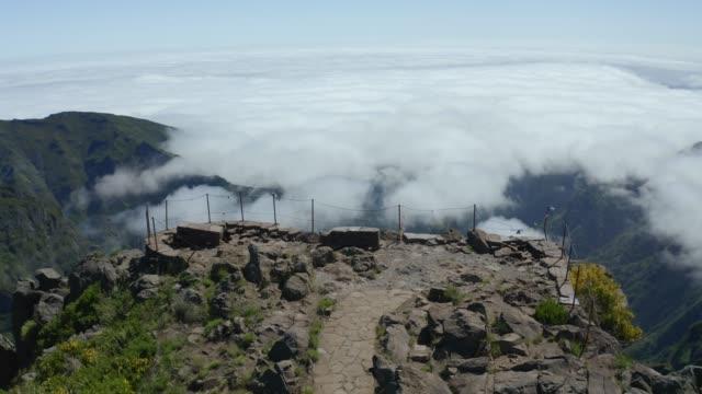 """vídeos de stock e filmes b-roll de aerial view of """"juncal"""" viewpoint in """"pico do arieiro"""", madeira island - ilha da madeira"""
