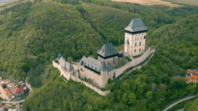 カレルシュテイン城の空中風景 - チェコ共和国点の映像素材/bロール