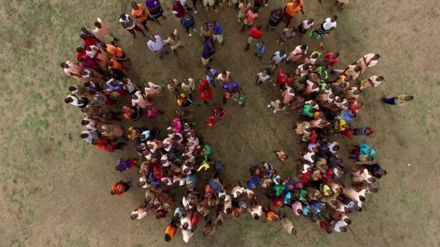 vídeos de stock e filmes b-roll de aerial view of kenyan adults and children - quénia