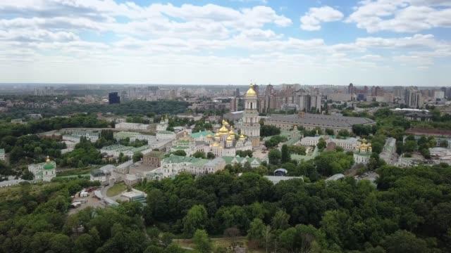 stockvideo's en b-roll-footage met luchtfoto van kiev pechersk lavra oekraïens orthodoxe klooster - klooster