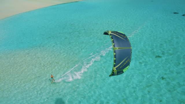 vídeos de stock, filmes e b-roll de vista aérea do kitesurfista - equipamento de esporte aquático