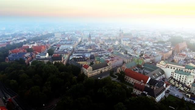 luftaufnahme von krakau historischen marktplatz, polen, mitteleuropa am morgen. - krakau stock-videos und b-roll-filmmaterial