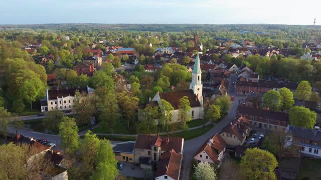 vídeos de stock e filmes b-roll de aerial view of kuldiga old town with red roof tilesand evangelical lutheran church of saint catherine in kuldiga, latvia. - letónia