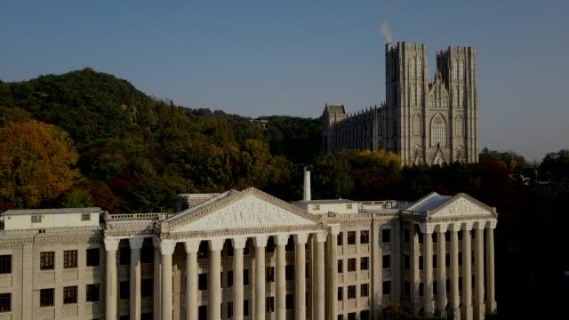 vídeos de stock, filmes e b-roll de vista aérea de kyung hee university no outono, seul, coreia do sul - coreia