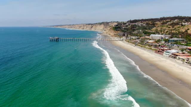 vidéos et rushes de vue aérienne de la côte de la jolla avec la jetée sur l'arrière-plan - californie du sud