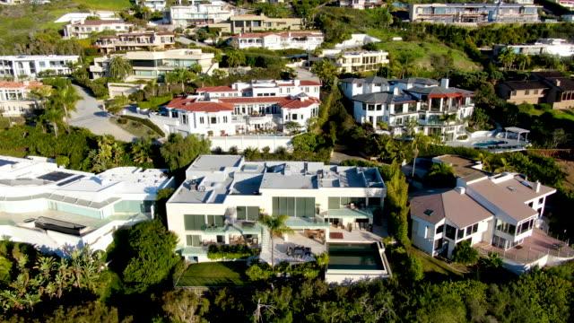 vídeos de stock e filmes b-roll de aerial view of la jolla little coastline city. california, usa - mansão imponente