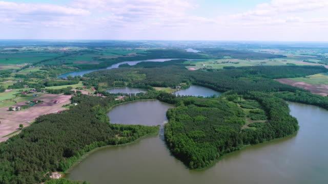 vidéos et rushes de vue aérienne du lac et de la forêt. panorama de petite ville - lac reflection lake