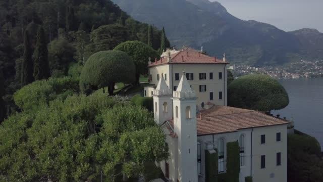 veduta aerea del lago di como, villa del balbianello, italia - lombardia video stock e b–roll