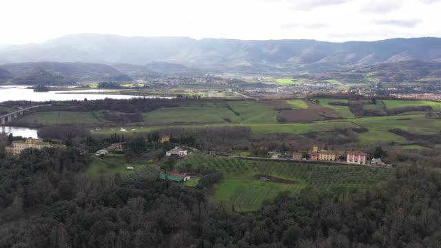 Luftaufnahme des Sees von der Landschaft, Lago di Bilancino, Florenz – Video