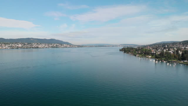 vídeos de stock e filmes b-roll de aerial view of lake of zurich in switzerland - margem do lago
