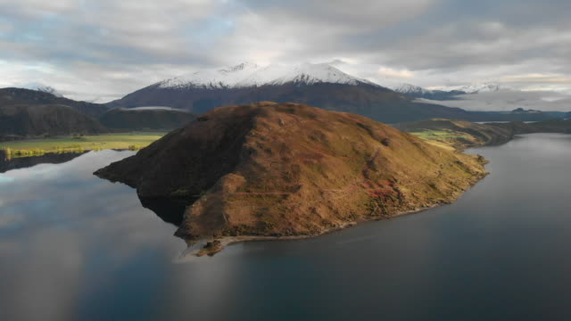 vídeos y material grabado en eventos de stock de vista aérea del lago wanaka, nueva zelanda - nueva zelanda