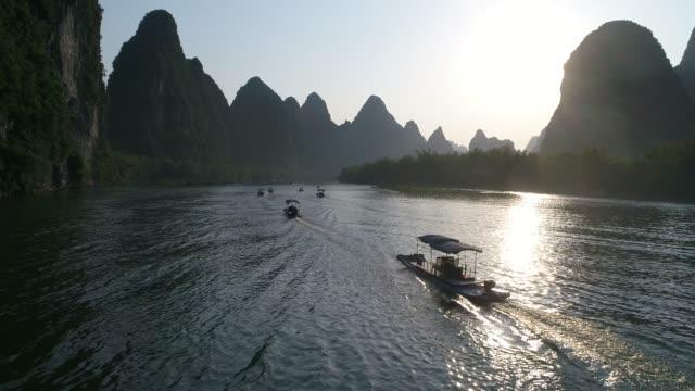 luftaufnahme der landschaft von yangshuo, provinz guangxi, guilin city, china - provinz guangxi stock-videos und b-roll-filmmaterial