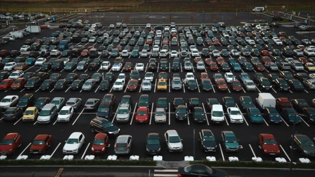 stockvideo's en b-roll-footage met luchtfoto van de grote hoeveelheid auto's geparkeerd in de buurt van mall - parkeren