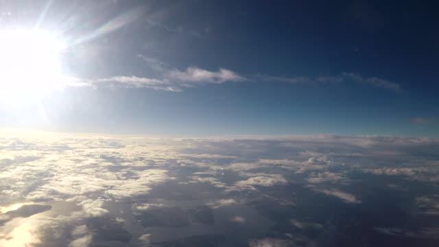 비행기에서 큰 호수의 항공 보기 - 분위기 스톡 비디오 및 b-롤 화면