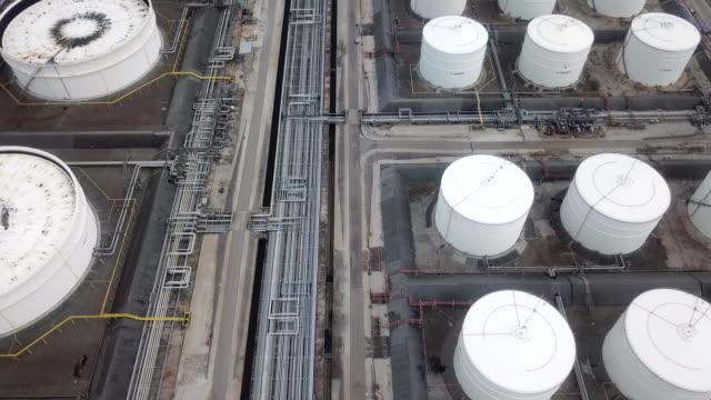 flygfoto över stora olja raffinaderiet faciliteter - pipeline bildbanksvideor och videomaterial från bakom kulisserna
