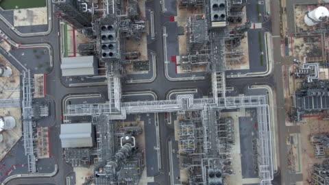 büyük petrol rafineri tesislerinin havadan görünümü - sanayi stok videoları ve detay görüntü çekimi