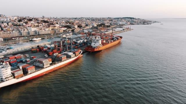 vídeos y material grabado en eventos de stock de vista aérea de grandes buques amarrados al puerto de carga para la carga - amarrado