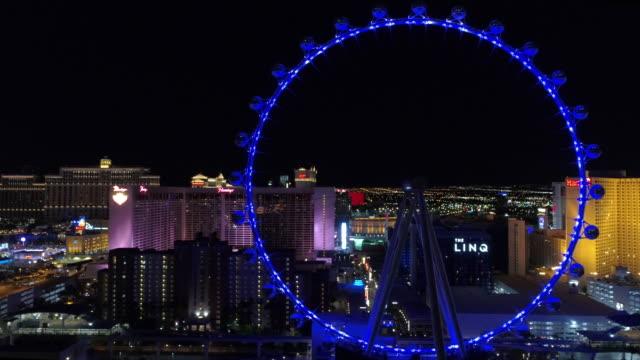 vídeos y material grabado en eventos de stock de vista aérea de las vegas por la noche - noria