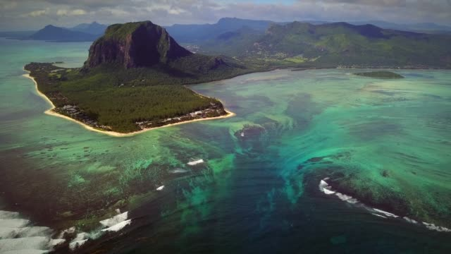 aerial view of lemorne brabant and coral reefs in mauritius. - isole mauritius video stock e b–roll