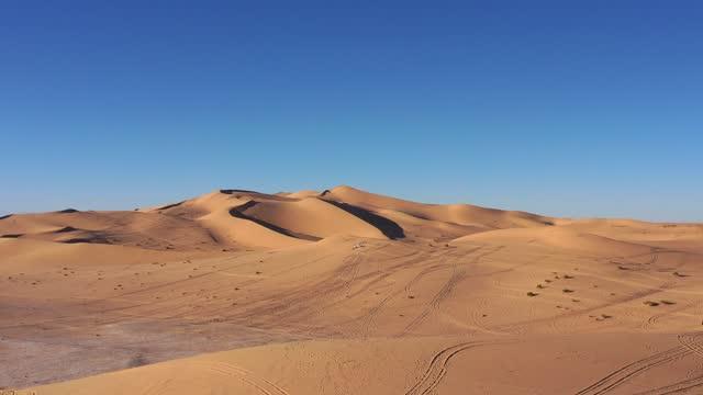 veduta aerea del deserto libico all'incrocio tra i confini libico, tunisino e algerino - libia video stock e b–roll