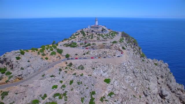 灯台 - キャップ ・ デ ・ フォーメントーとバレアレス諸島マヨルカ島の有名な崖の空中を表示/スペイン - 崖点の映像素材/bロール